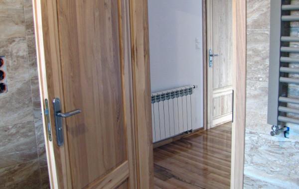 Drzwi jesionowe, lakierowane bezbarwnie