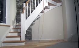 Schody-z-podstopniami-stopnie–i-porecze-debowe-olejowane,–reszta-malowane-na-bialo-,-tralka-kwadrat–(7)