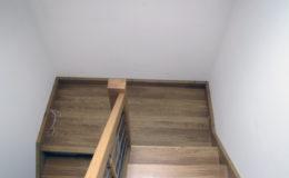 schody-q-debowe-z-podestem-kolor-giovanni-bpa-06-prety-inox-18