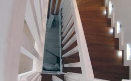 schody-q-tarczyn-na-beton-jesionowe-z-skanowniem-3-d-styl-angielski-12