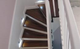 schody-q-tarczyn-na-beton-jesionowe-z-skanowniem-3-d-styl-angielski-13