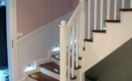 schody-q-tarczyn-na-beton-jesionowe-z-skanowniem-3-d-styl-angielski-14