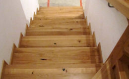 Schody-Q-Na-beton-Debowe-natura-(-czarne-zaprawki)-balustrada-LVL-biala-(16)
