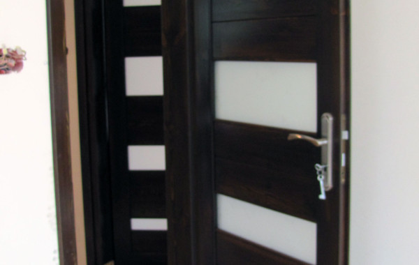 Drzwi sosnowe – orzech