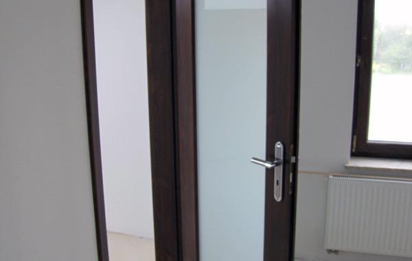 Drzwi sosnowe, szyba, orzech