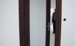Drzwi-sosnowe-SZyba-na-cala-dlugosc-orzech-(7)