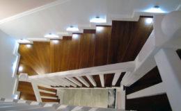 schody-q-tarczyn-na-beton-jesionowe-z-skanowniem-3-d-styl-angielski-1