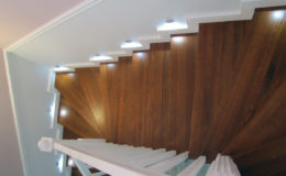 schody-q-tarczyn-na-beton-jesionowe-z-skanowniem-3-d-styl-angielski-10