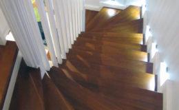 schody-q-tarczyn-na-beton-jesionowe-z-skanowniem-3-d-styl-angielski-5
