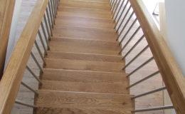Schody Q.PL Torun Dywanowe wiszace debowe balustrada rura inox pion (14)