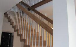 Schody Q.PL Torun Dywanowe wiszace debowe balustrada rura inox pion (17)