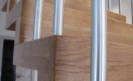 Schody Q.PL Torun Dywanowe wiszace debowe balustrada rura inox pion (2)