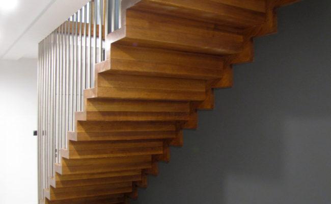 Schody-Q-Dywanowe-debowe-balustrada-rura-inox-pion-strop-Osrtroleka–(2)