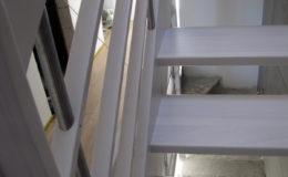 Schody-Q-Policzkowe-jesionowe-bielone-balustrada-listwa-poziomo–rura-inox-pion_18