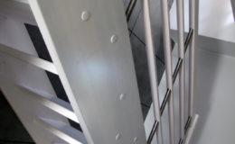 Schody-Q-Policzkowe-jesionowe-bielone-balustrada-listwa-poziomo–rura-inox-pion_19