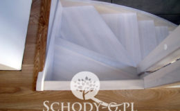 Schody-Q-Policzkowe-jesionowe-bielone-balustrada-listwa-poziomo–rura-inox-pion_9
